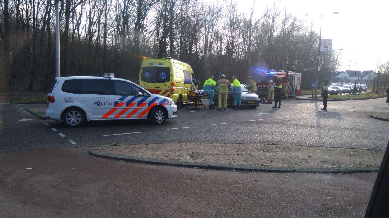 Brandweer moet vrouw uit auto bevrijden na ongeluk in Enschede.