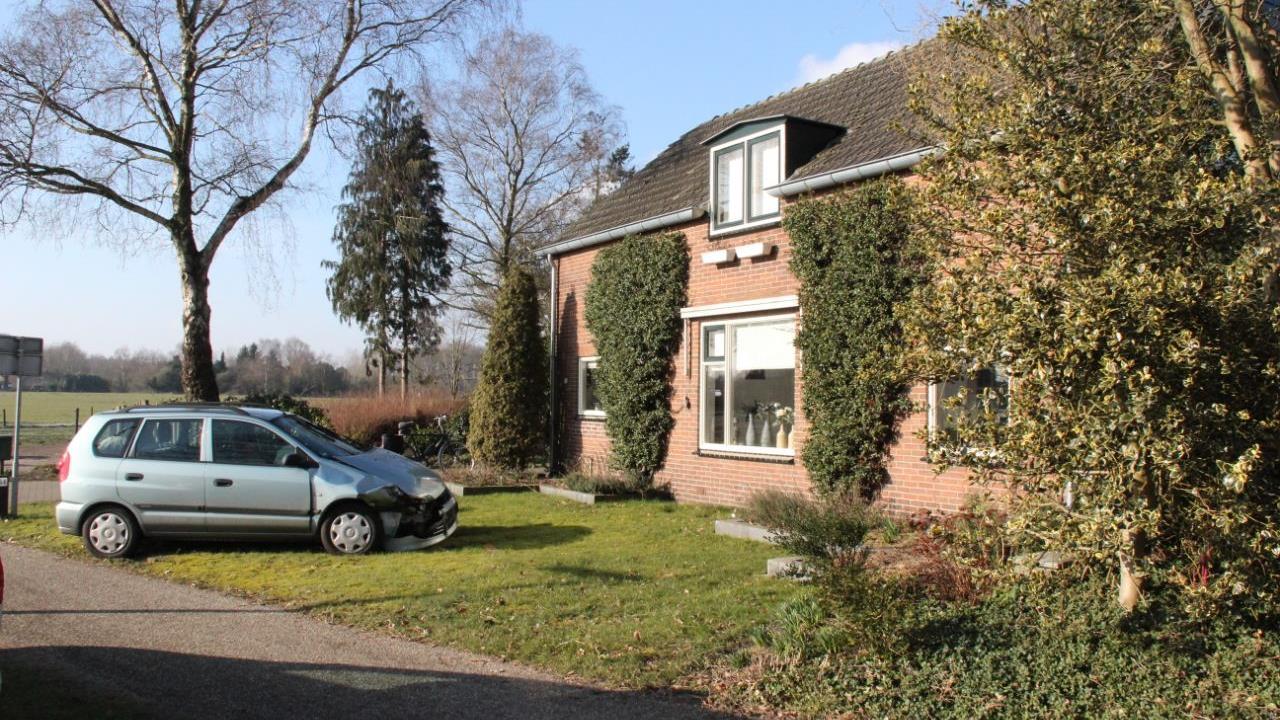 Auto belandt in voortuin in Heeten na ongeluk.