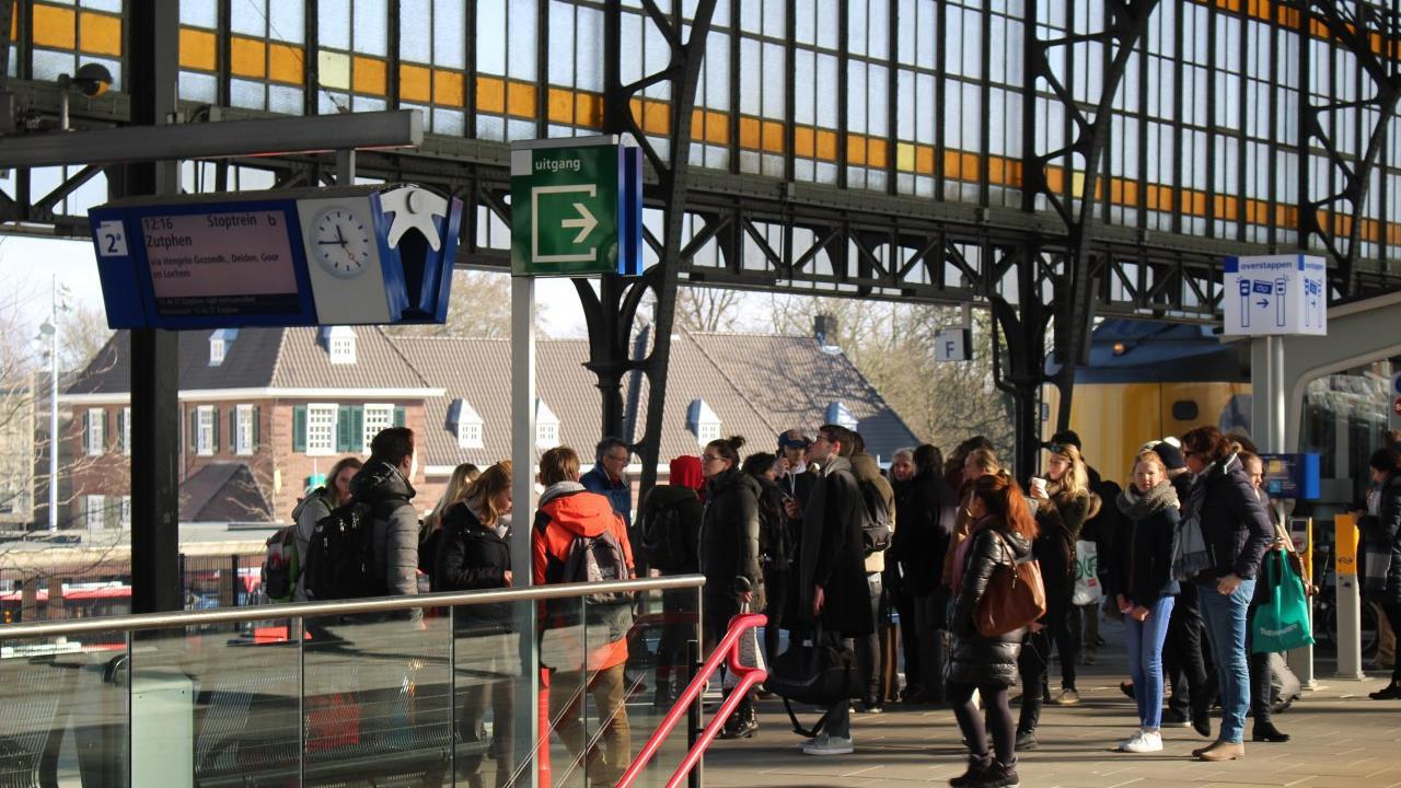 Treinverkeer rond Hengelo ligt stil door aanrijding met persoon.