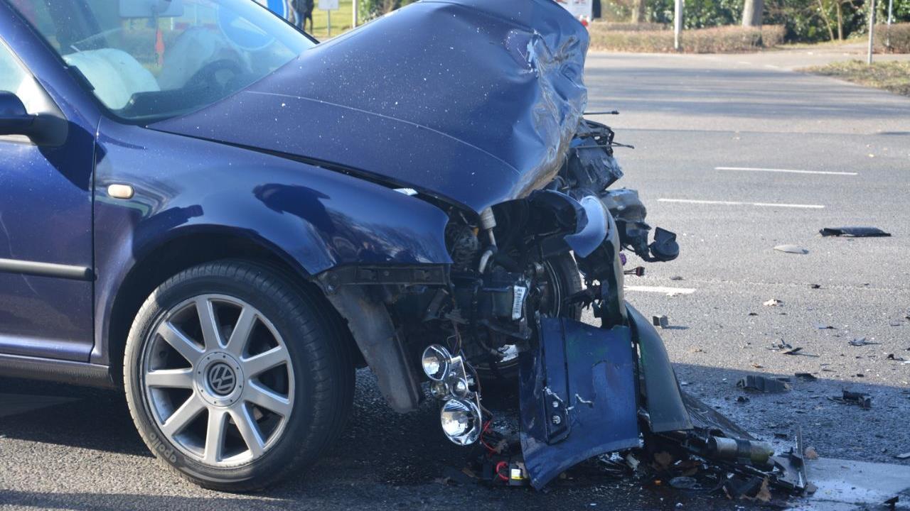 Kruispunt in Sibculo ligt bezaaid met auto-onderdelen na ongeluk.