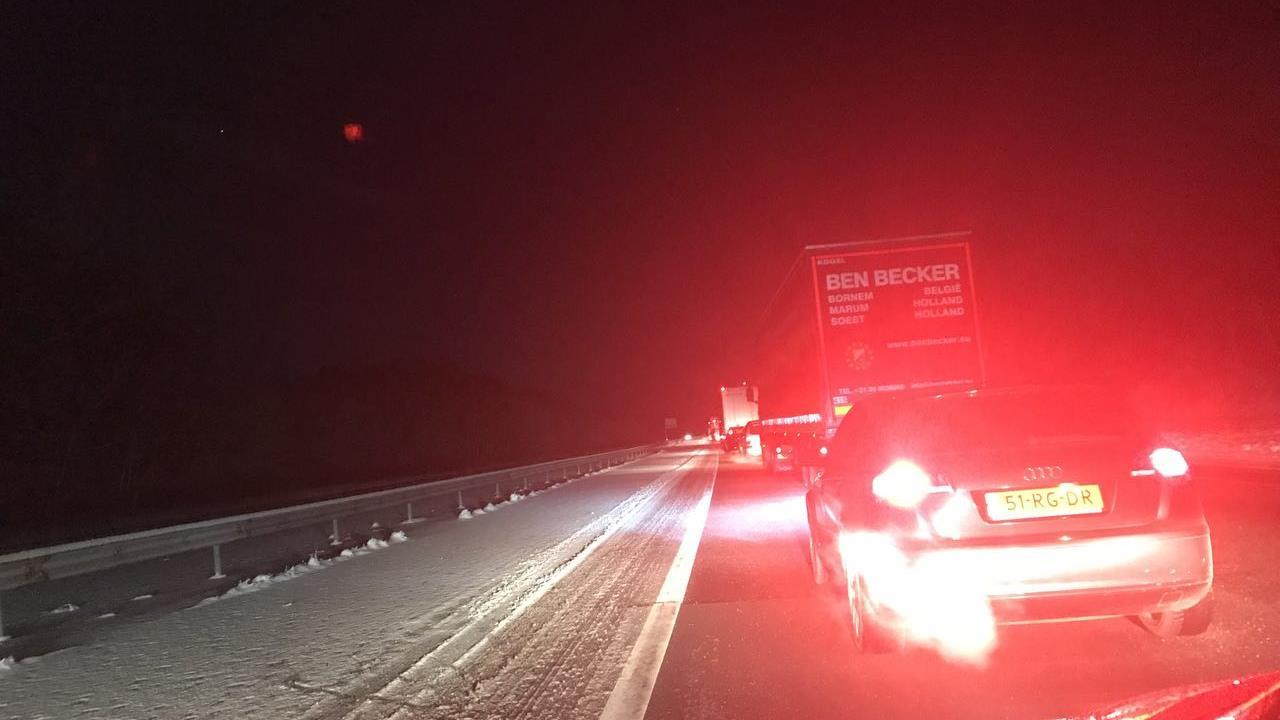 A1 bij Azelo dinsdagavond afgesloten geweest na meerdere ongevallen.