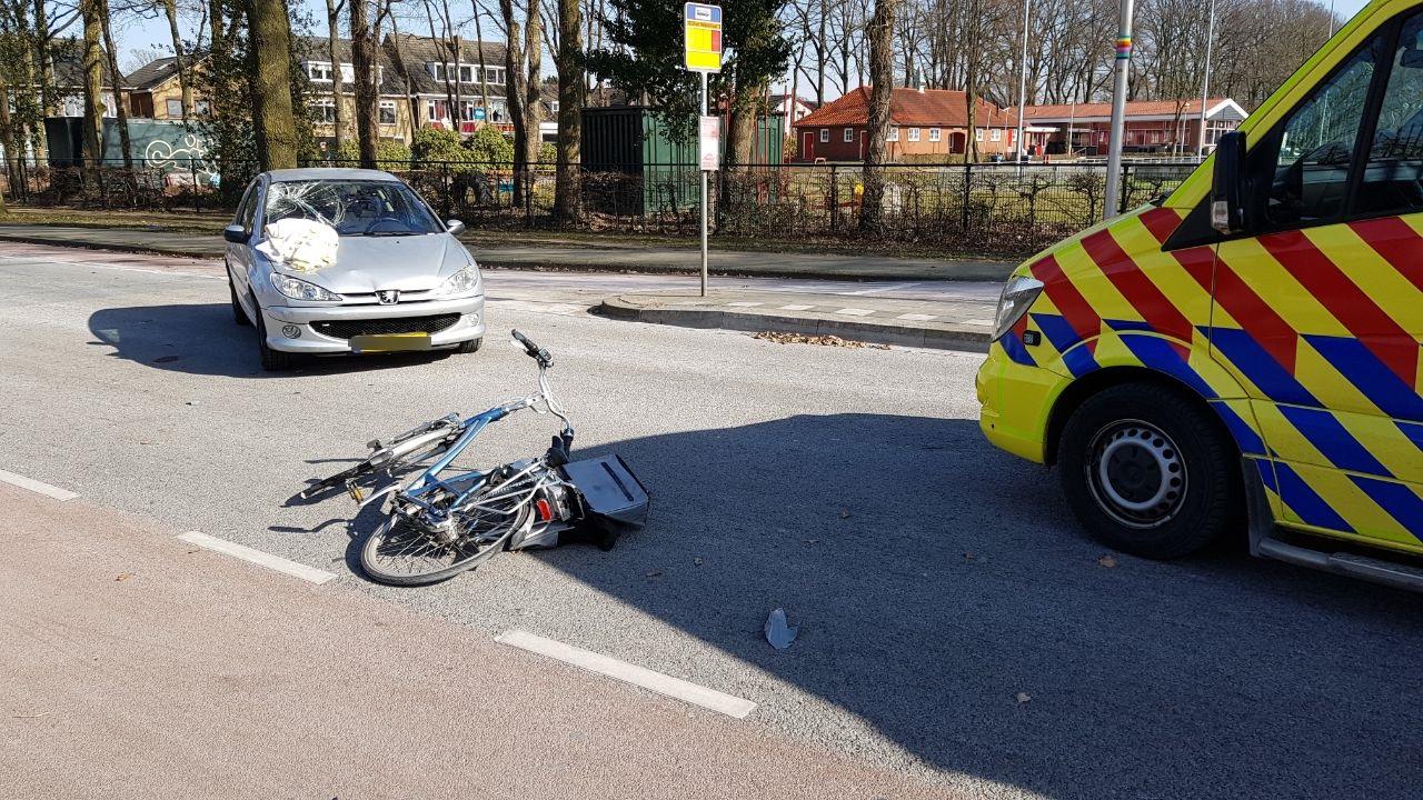 Fietsster gewond bij aanrijding met auto in Enschede.