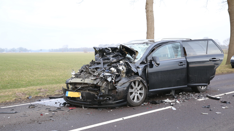 Automobilist zwaargewond na botsing met vrachtwagen.