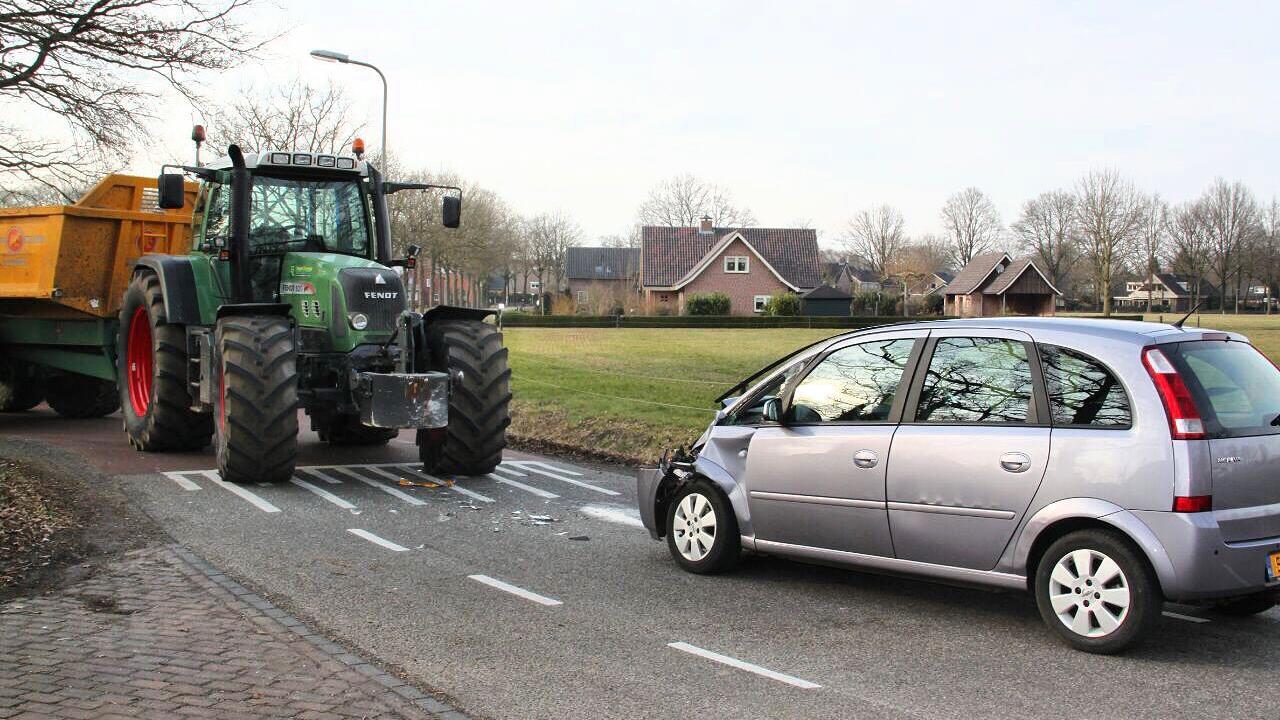 Automobilist gewond bij botsing tractor en auto in Weerselo.
