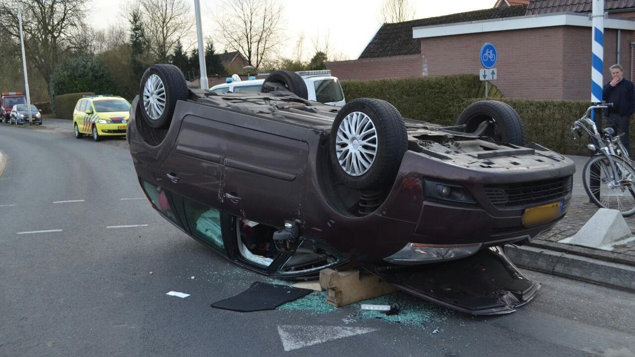 Auto slaat over de kop in Vroomshoop na aanrijding, één gewonde naar ziekenhuis.
