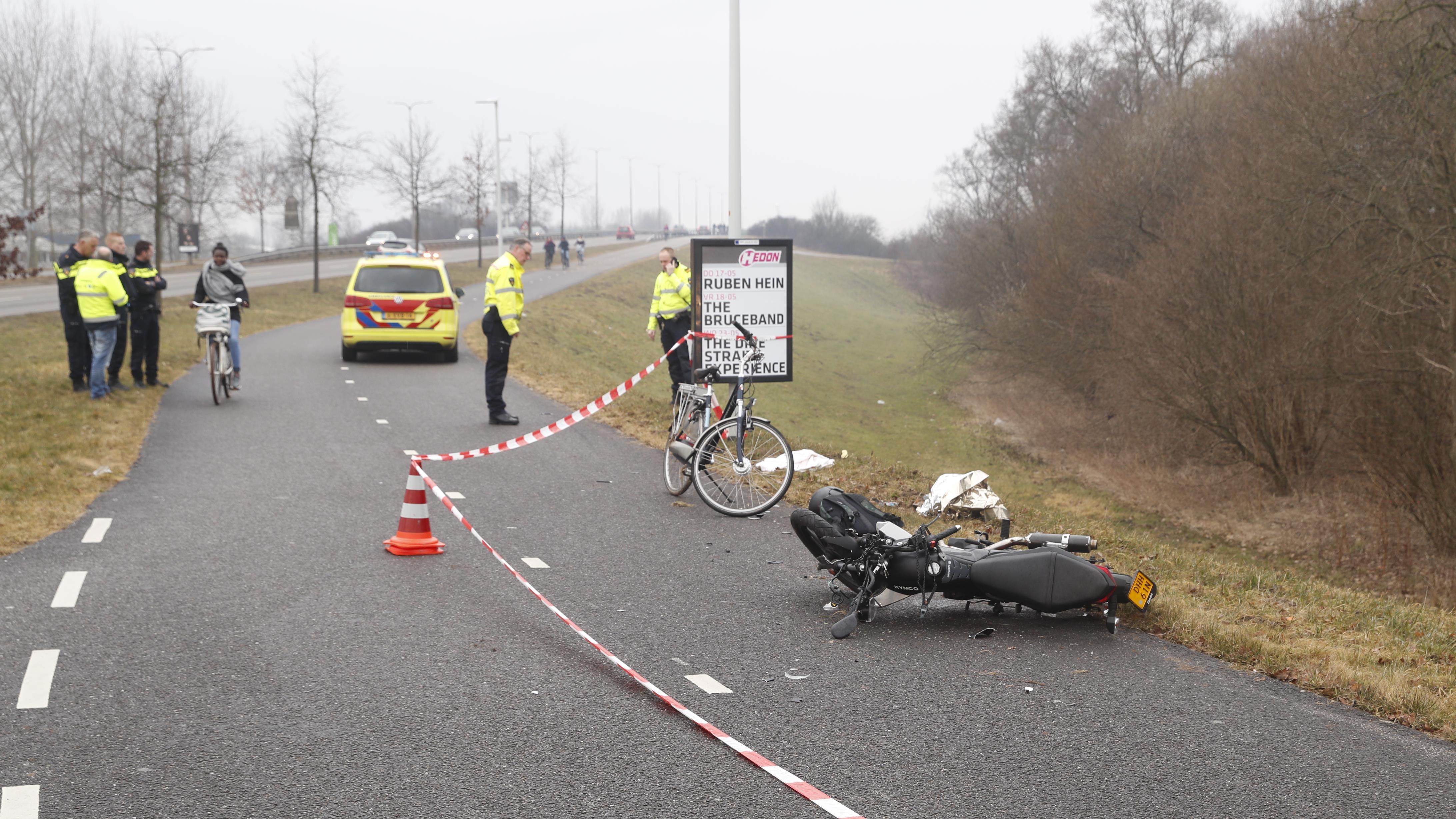 Fietser valt van talud naar beneden na aanrijding in Zwolle.