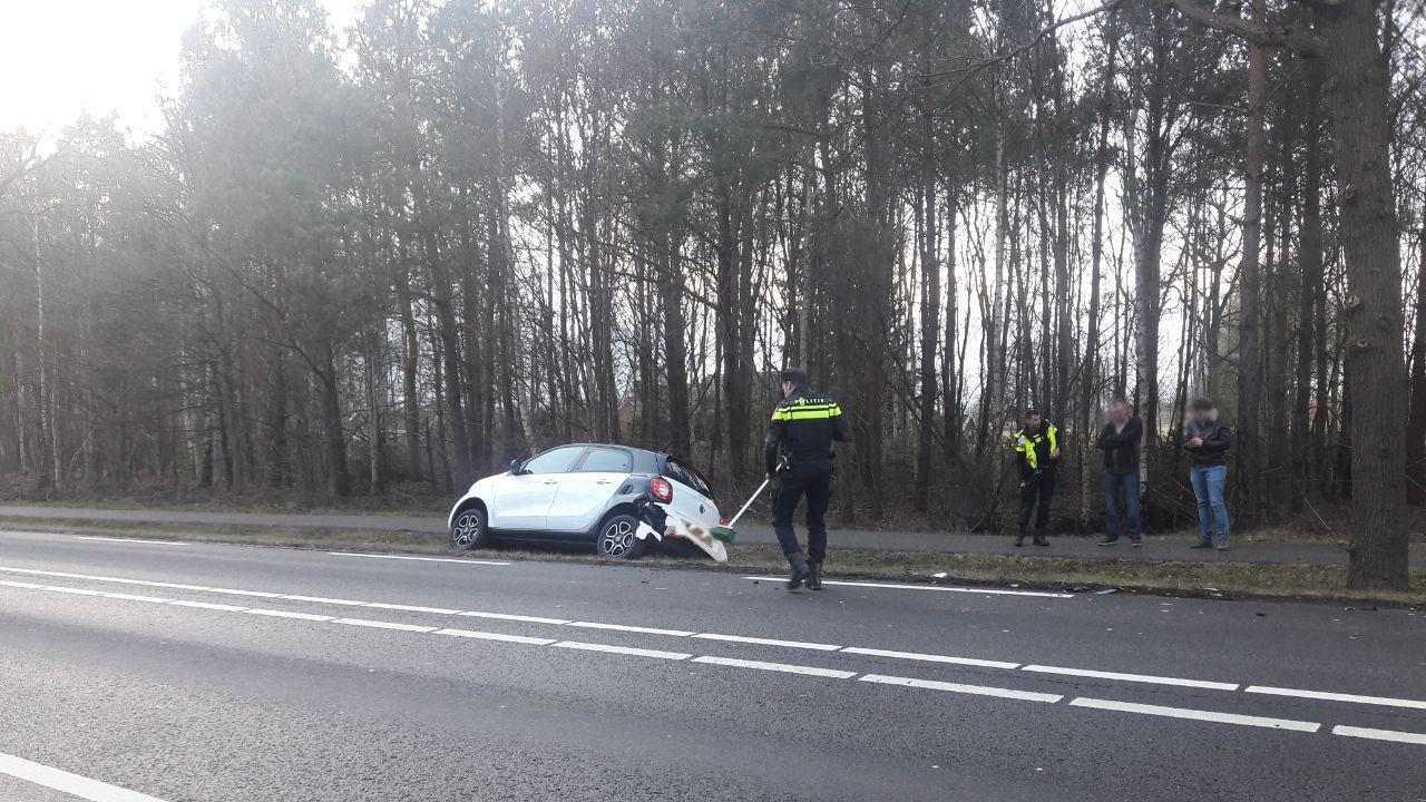 Auto belandt in sloot na botsing Ambt Delden.