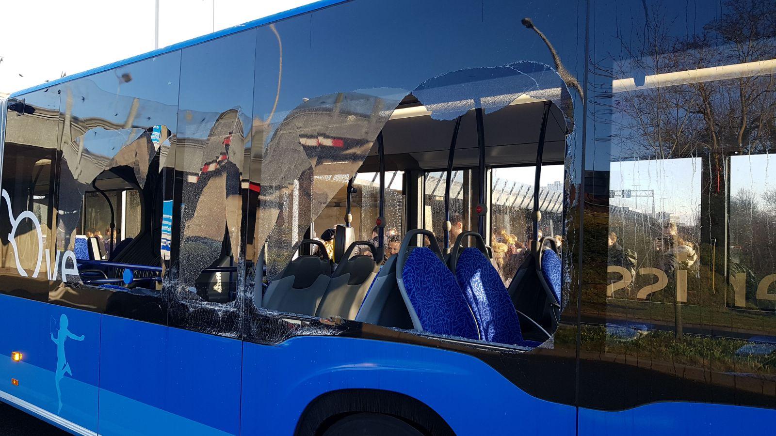 Vrouw krijgt glas in oog na botsing met lijnbus in Zwolle.