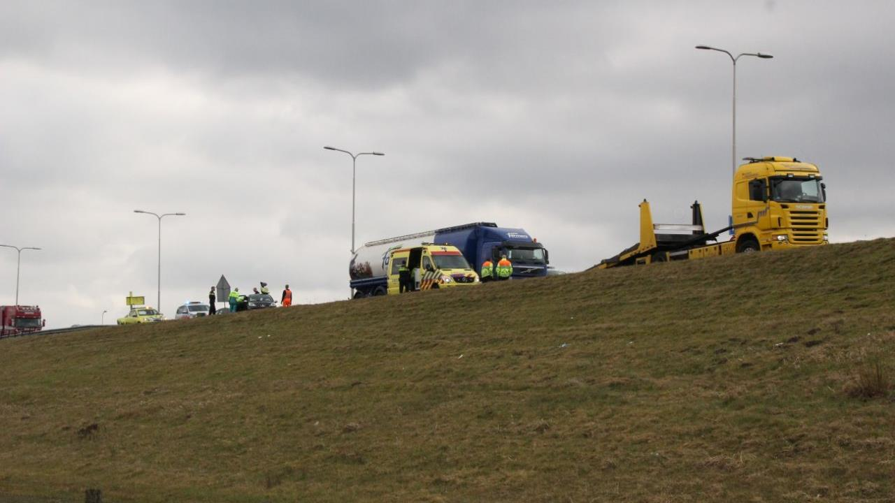 Kop-staartbotsing op N36 bij Wierden, bestuurster naar ziekenhuis.