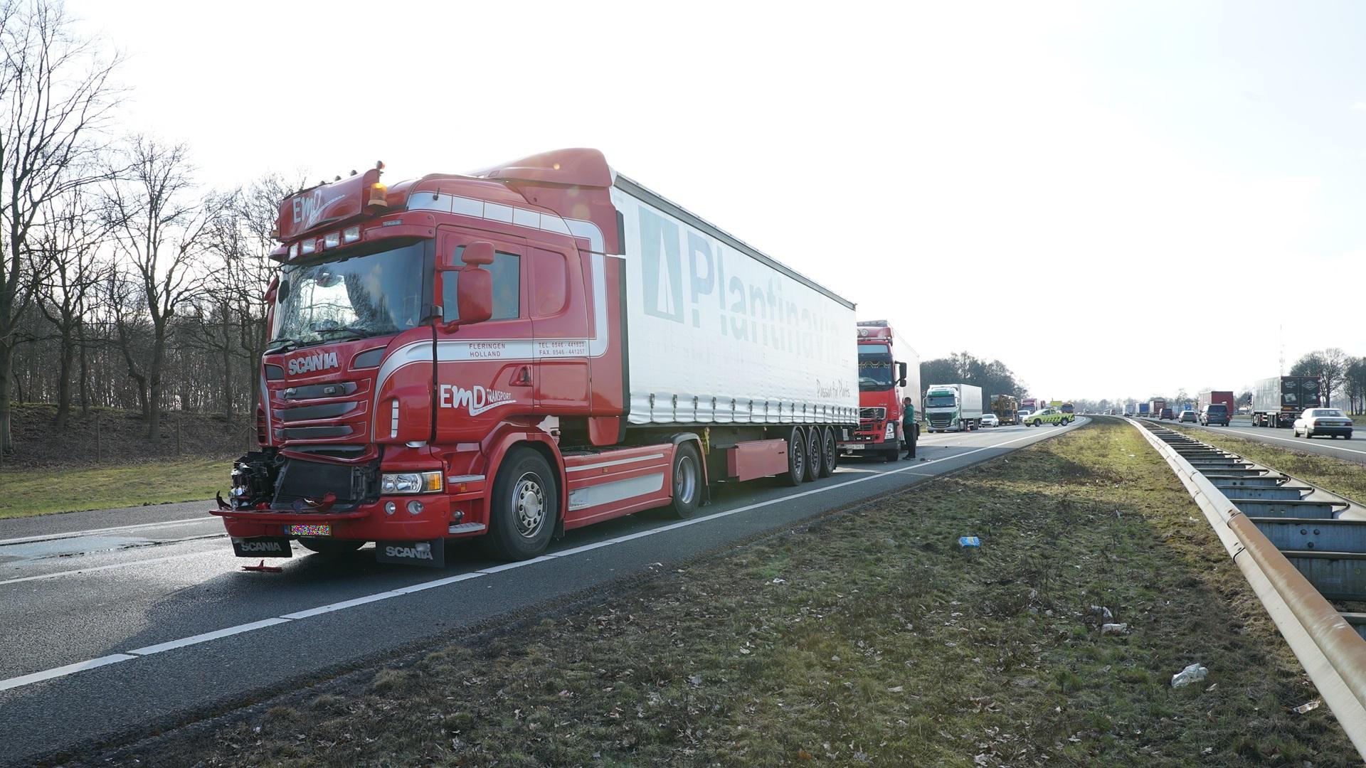Veel files rond Deventer na ongeluk met drie vrachtwagens op A1 bij Bathmen.