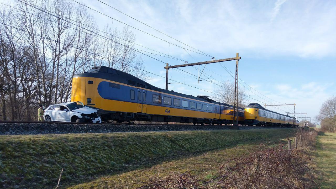 Intercity Zwolle-Groningen heeft aanrijding met auto, treinverkeer gestremd.