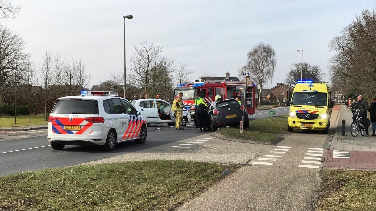 Twee gewonden bij frontale aanrijding tussen twee autos in Weerselo.
