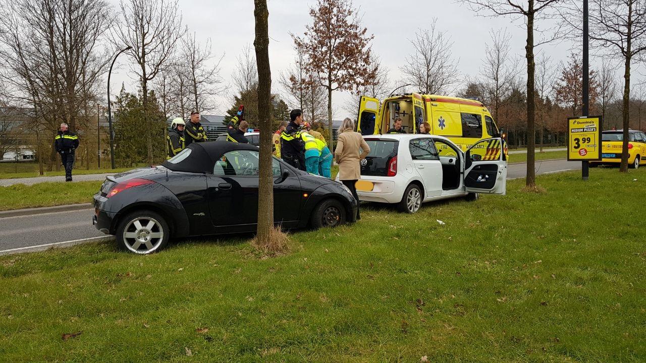 Vrouw gewond bij aanrijding in Enschede, weg richting centrum afgesloten.