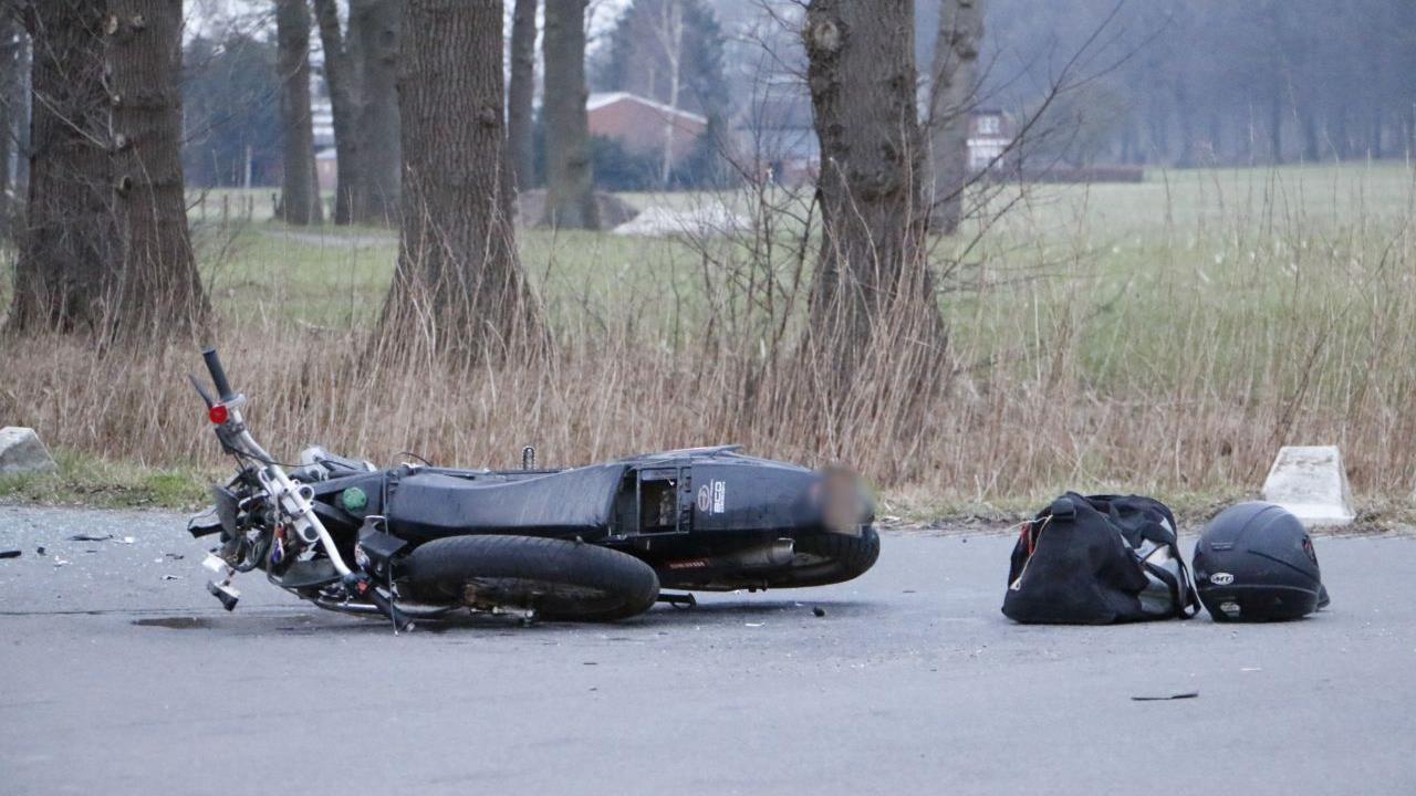 Brommerrijder naar het ziekenhuis gebracht na botsing met auto in Markelo.