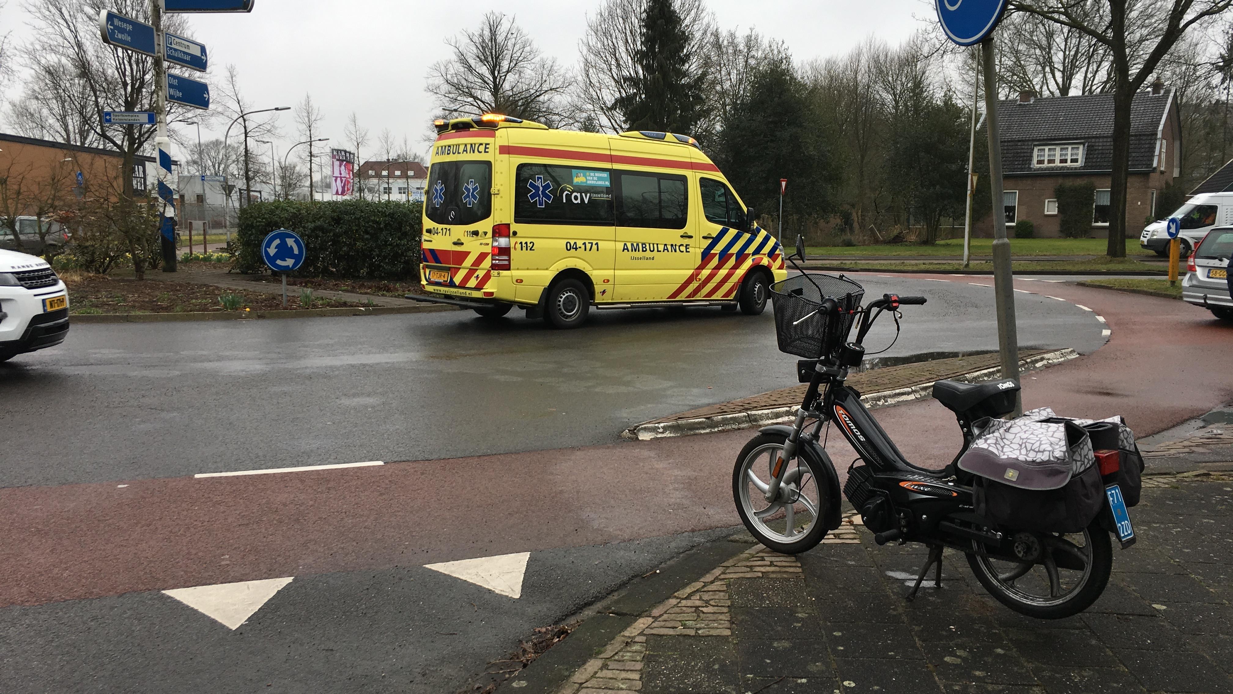 Vrouw op snorfiets gewond na aanrijding met auto in Deventer.