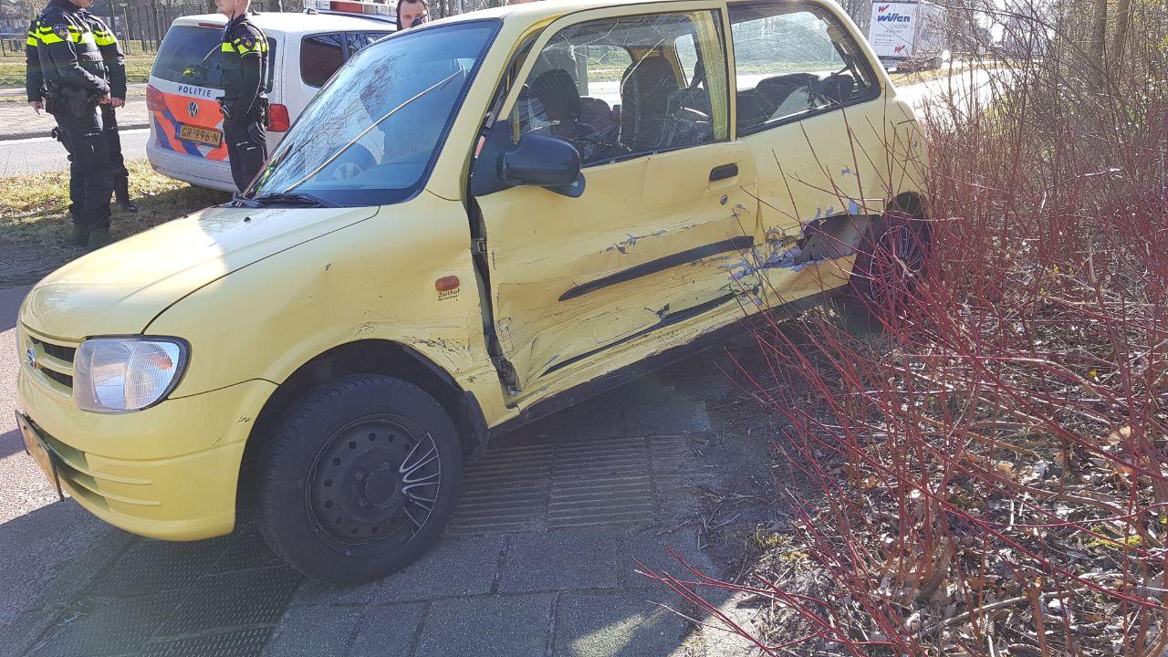 Auto wordt weggeslingerd bij aanrijding in Enschede.