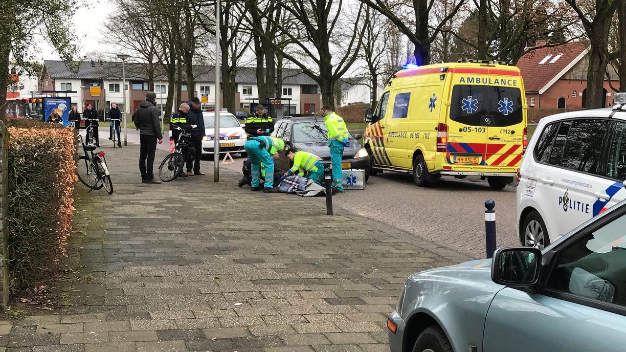 Fietser naar ziekenhuis na botsing met auto in Oldenzaal.