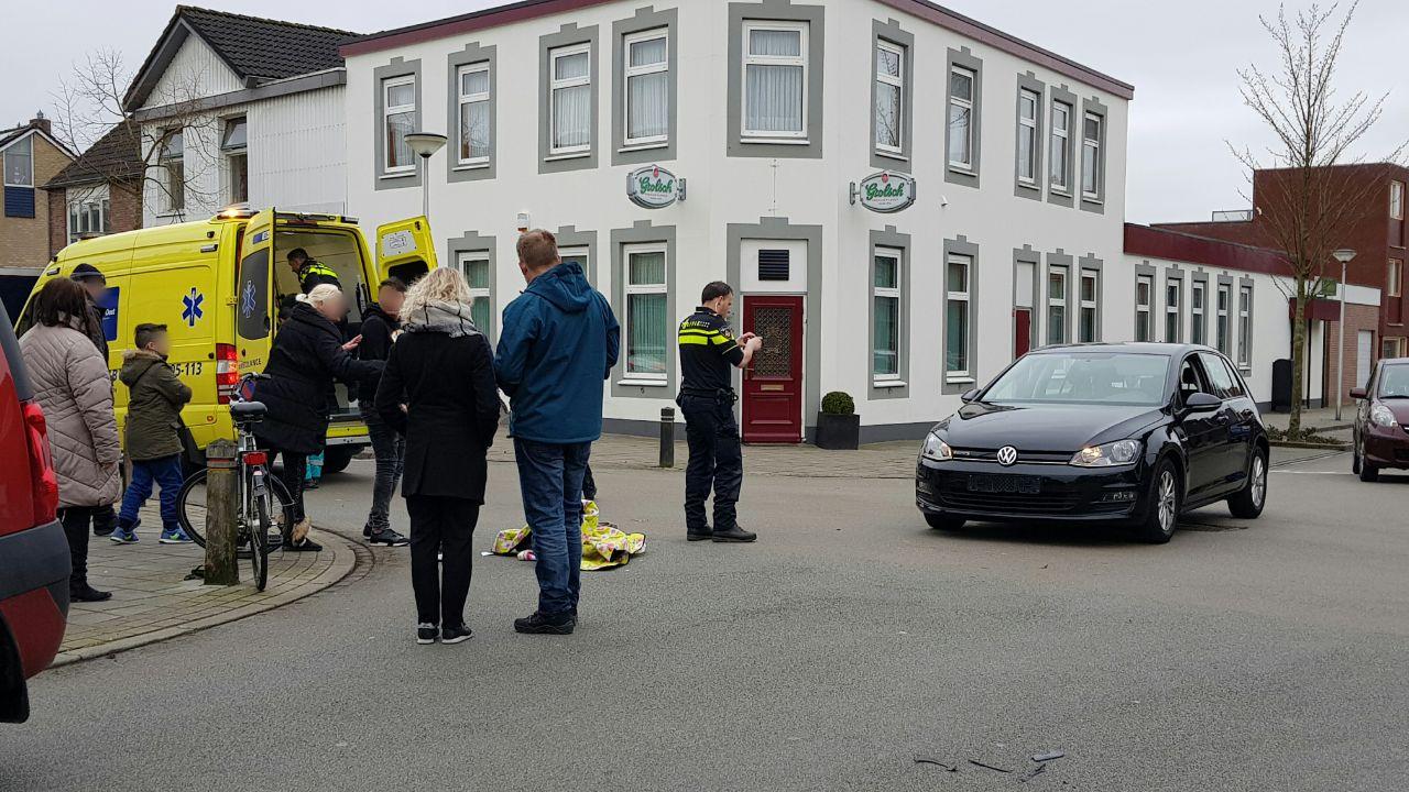 Fietser met hoofdwond naar ziekenhuis na ongeval met busje in Ulf.