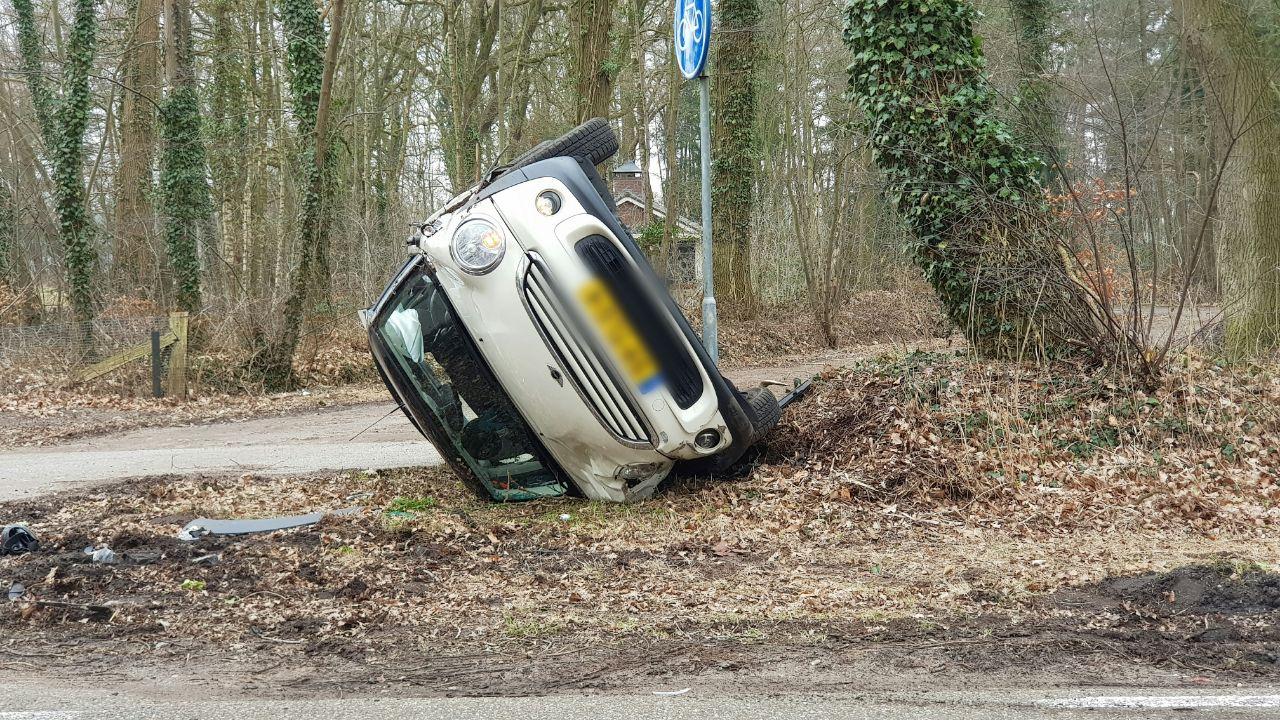 Auto belandt op de kop na frontale botsing.