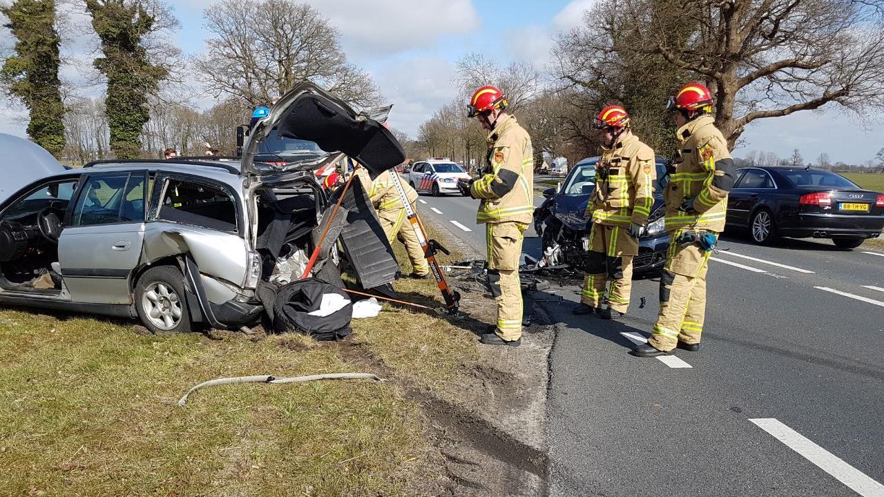 Veel schade bij aanrijding met twee autos op N739 bij Beckum.