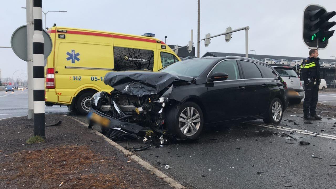Automobilist raakt gewond bij aanrijding in Almelo.