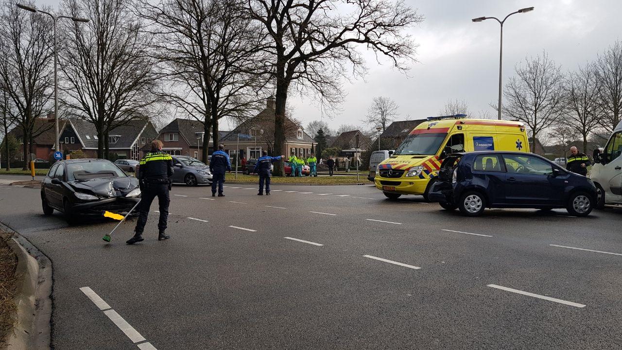 Veel blikschade bij botsing met meerdere autos in Haaksbergen.
