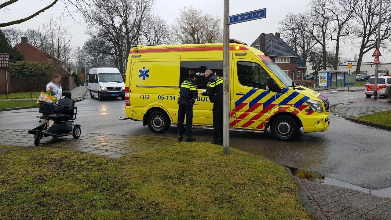 Vrouw op scootmobiel raakt gewond bij aanrijding in Enschede.