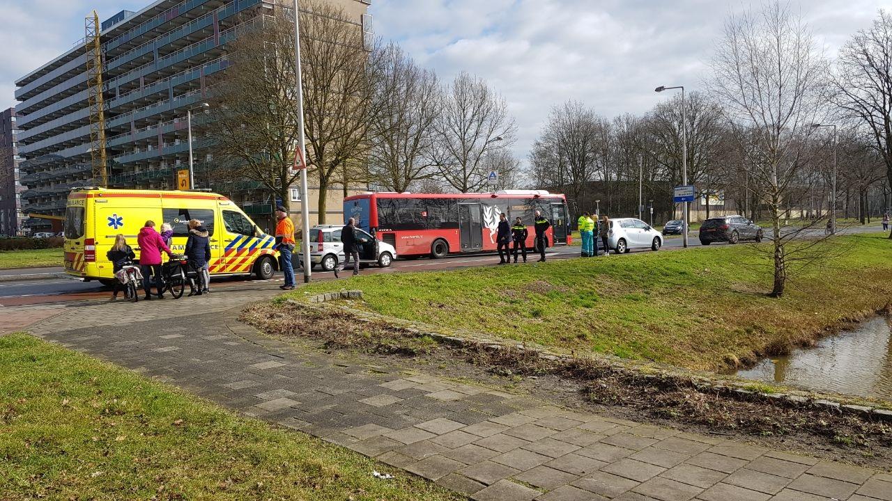 Niet alledaags ongeval in Enschede: automobiliste botst tegen busje achter sleepkabel.