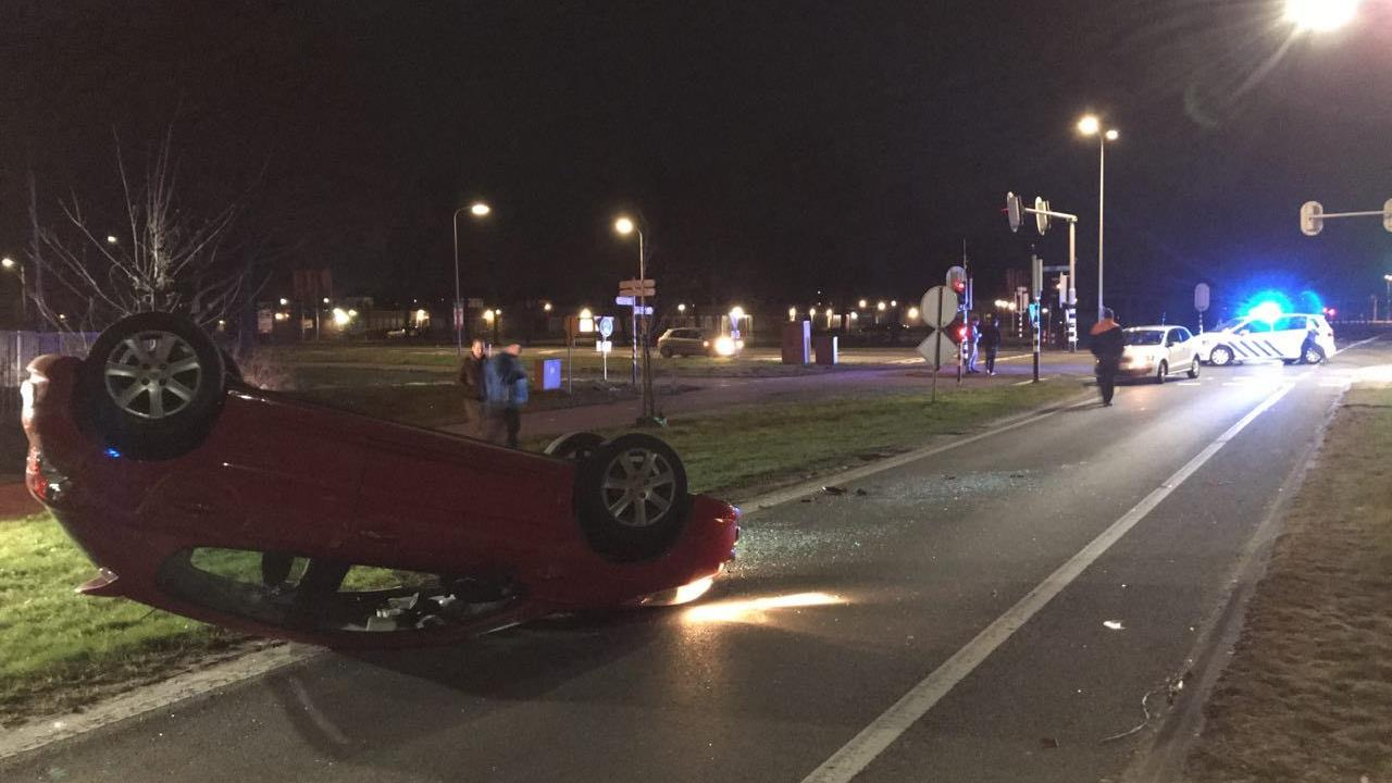 Auto slaat over de kop in Almelo na aanrijding.