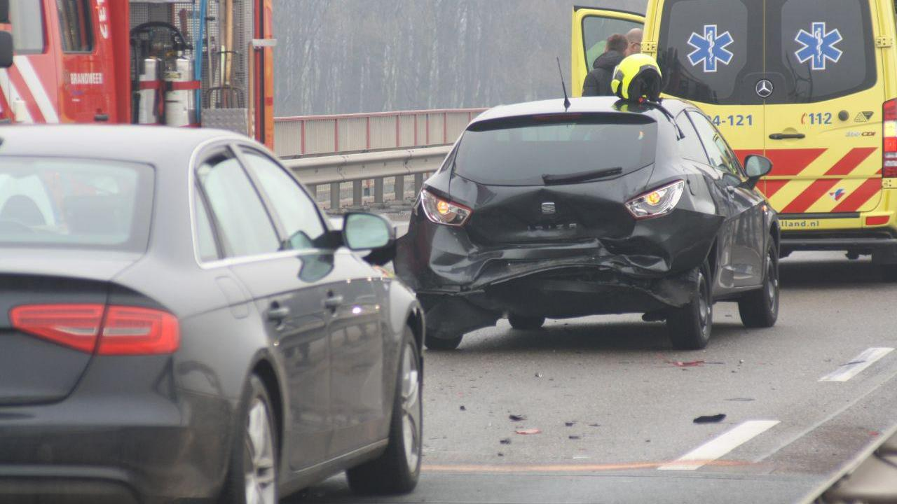 Gewonde bij botsing autos op brug over de IJssel bij Kampen.