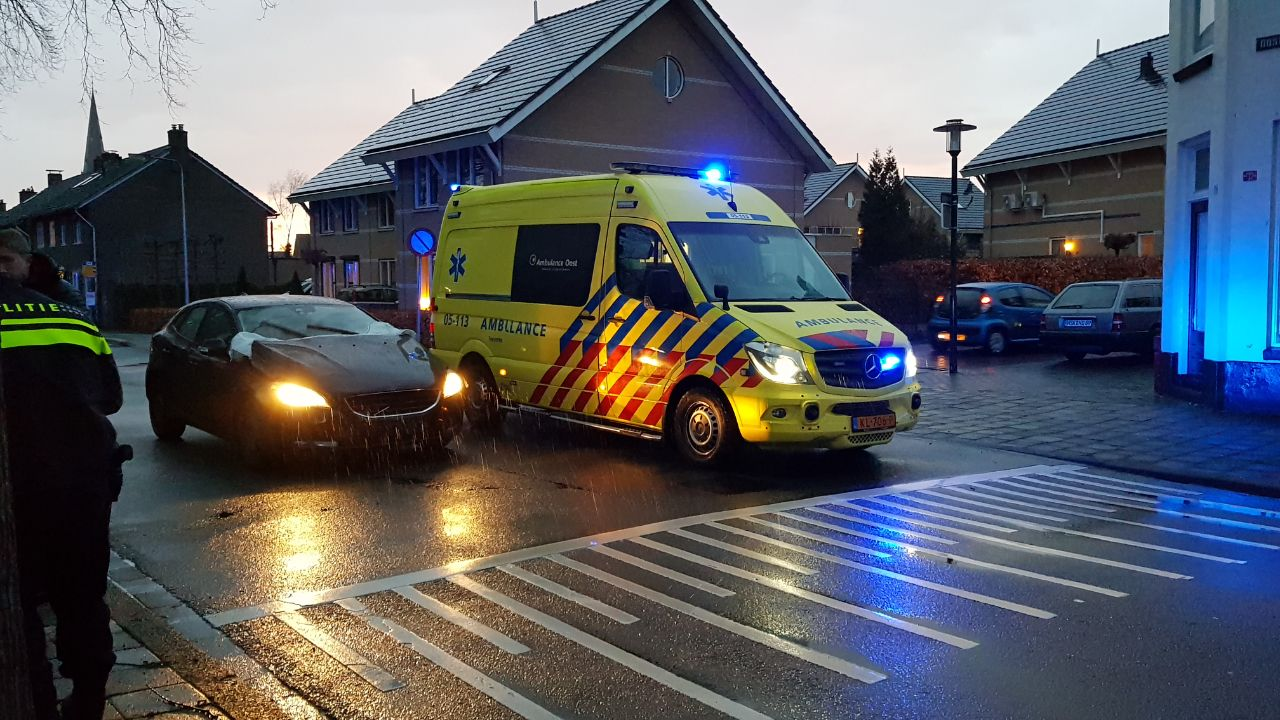 Fietser naar ziekenhuis na botsing met auto in Enschede.