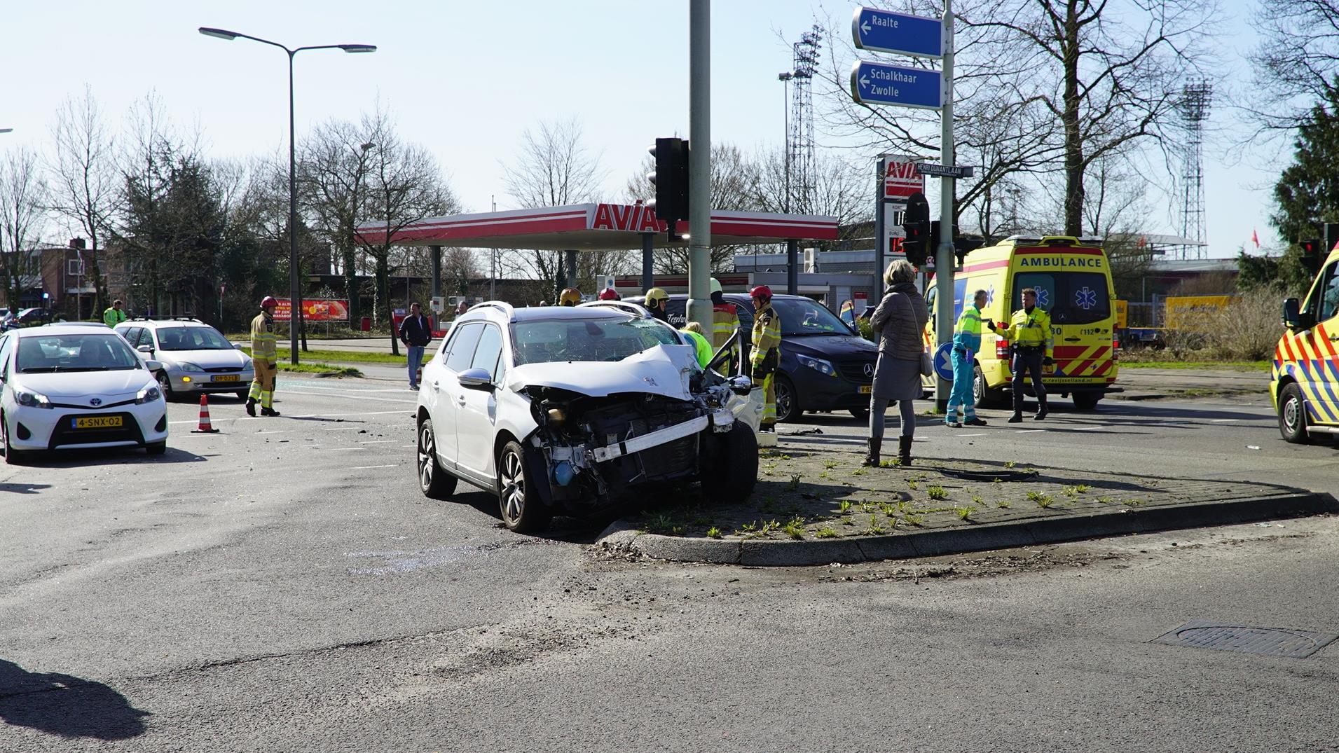 Drie autos betrokken bij aanrijding in Deventer, zeker twee gewonden.