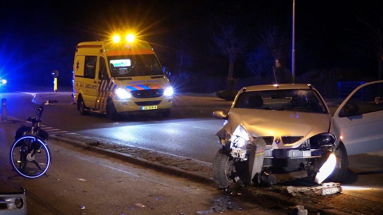 Dronken automobilist gewond naar ziekenhuis na botsing in Ootmarsum.