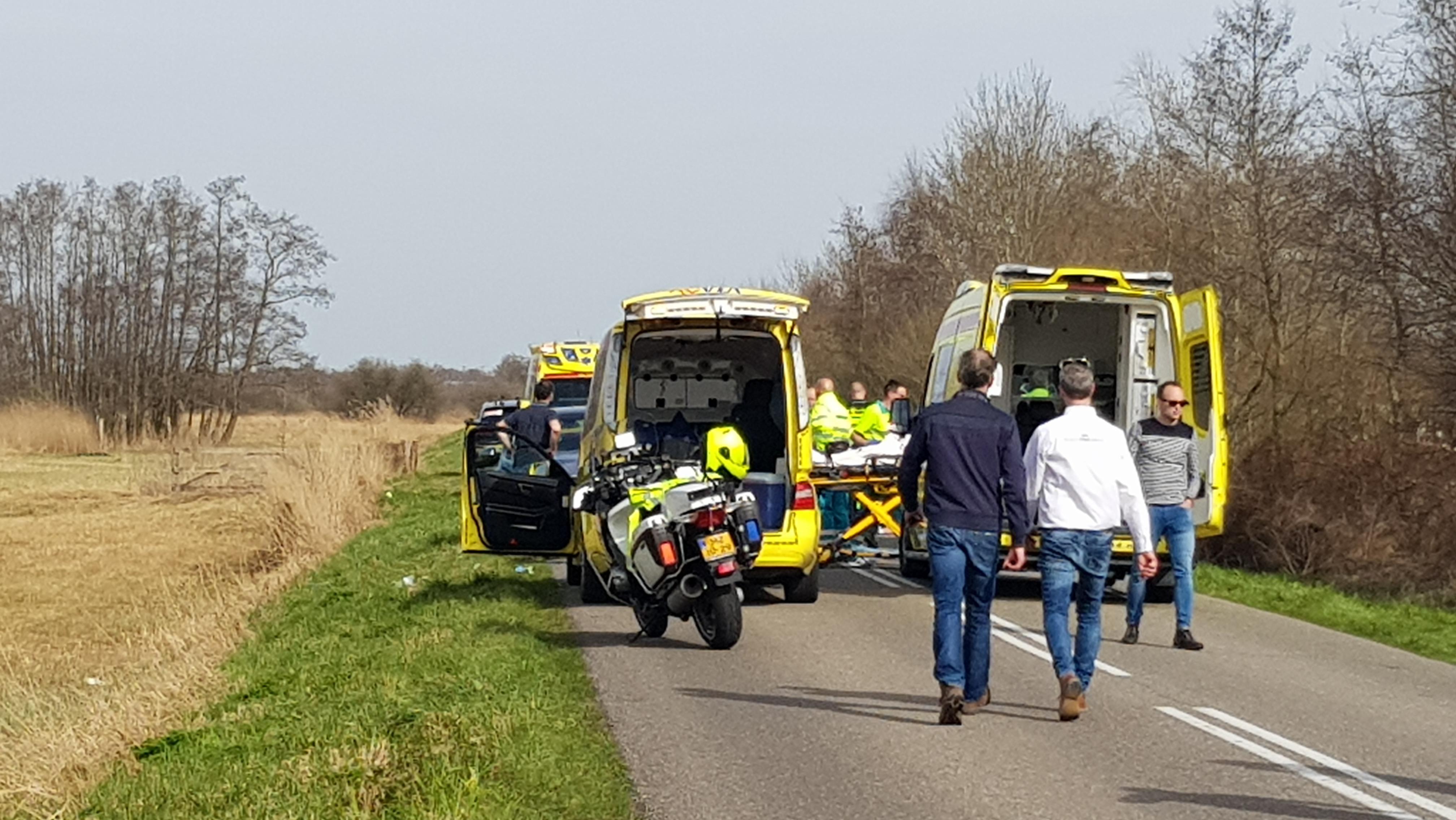 Omloop Noordwest Overijssel stilgelegd na ongeluk met meerdere wielrenners.