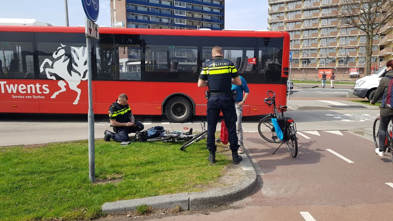 Vrouw op fiets aangereden door stadsbus in Enschede.