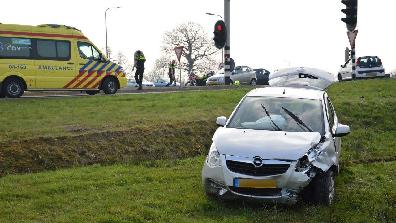Auto van talud na botsing in Tuk, bestuurder gewond.