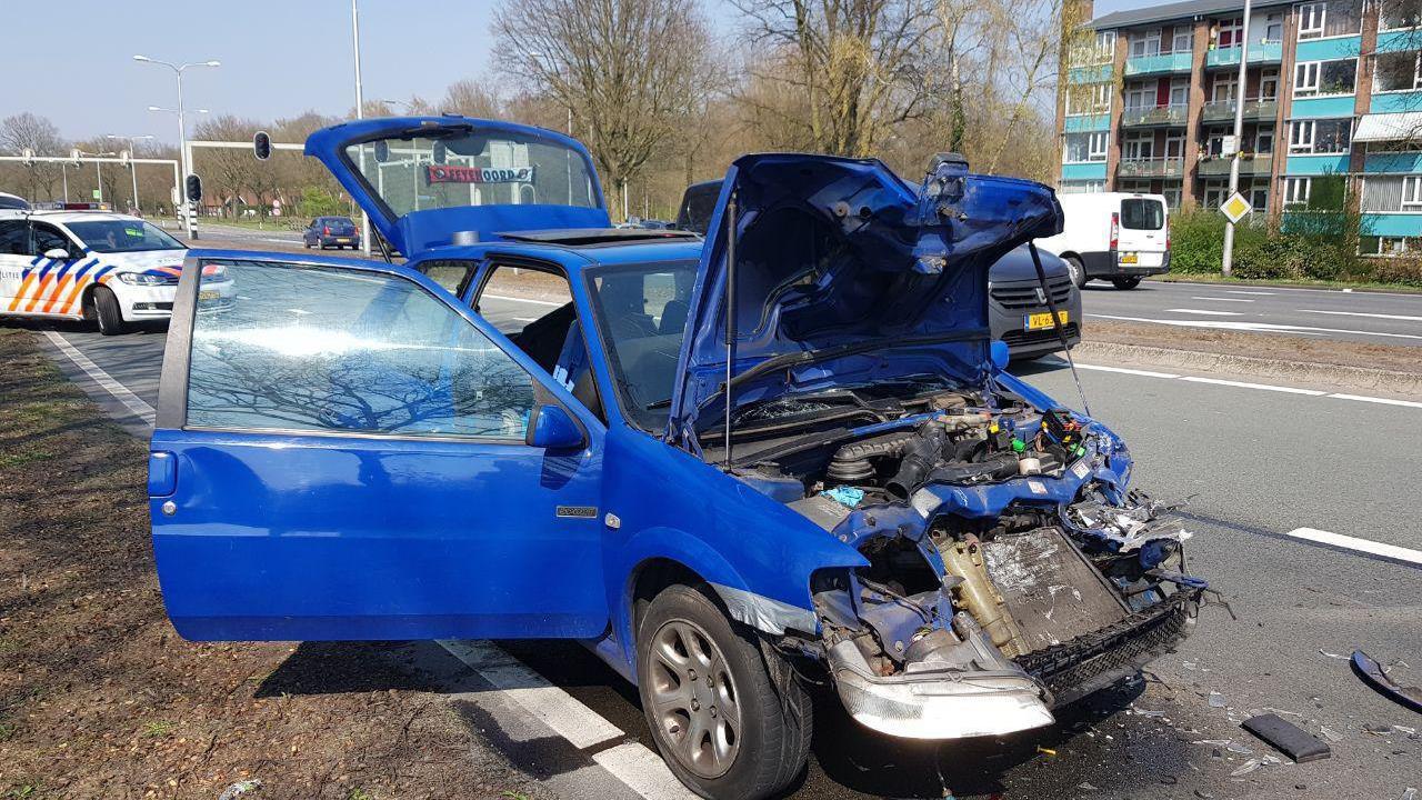 Automobilist lichtgewond na botsing met vrachtwagen in Almelo.