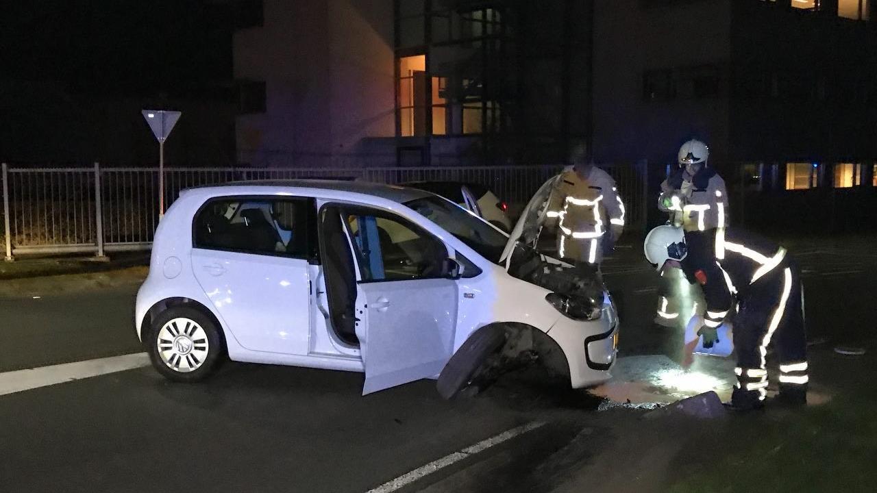 Auto na ongeval dwars op de weg in Oldenzaal.