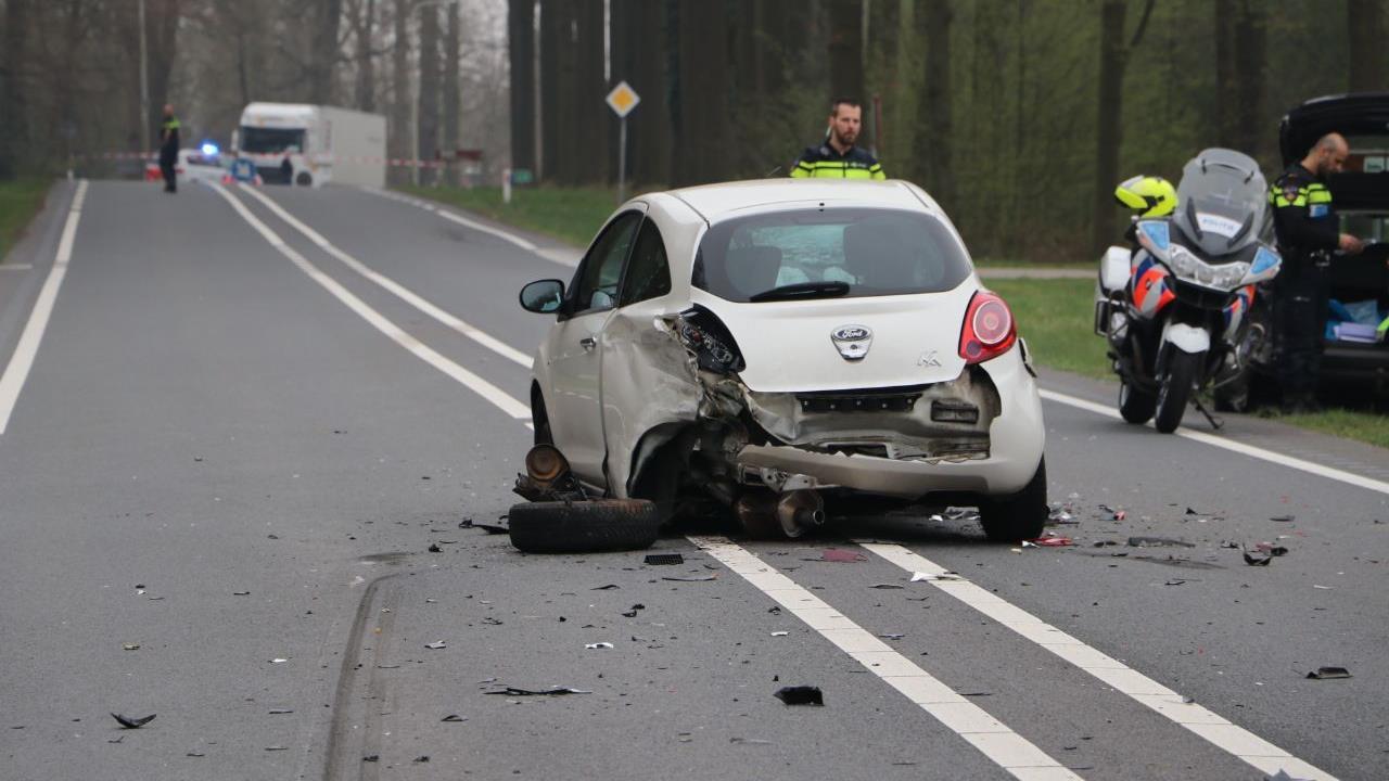 Ravage in De Lutte: drie autos flink beschadigd bij aanrijding.