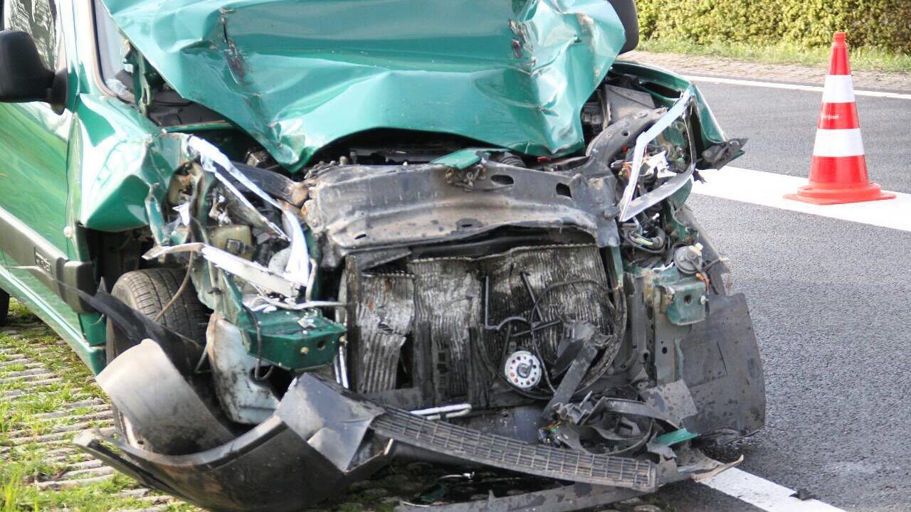 Scooterrijdster met hoofdwond naar ziekenhuis na eenzijdig ongeval in De Heurne.