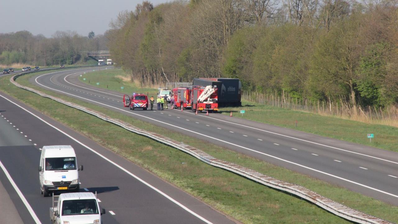 Flinke file op A58 bij Bergen op Zoom door ongeval, weg weer vrij.
