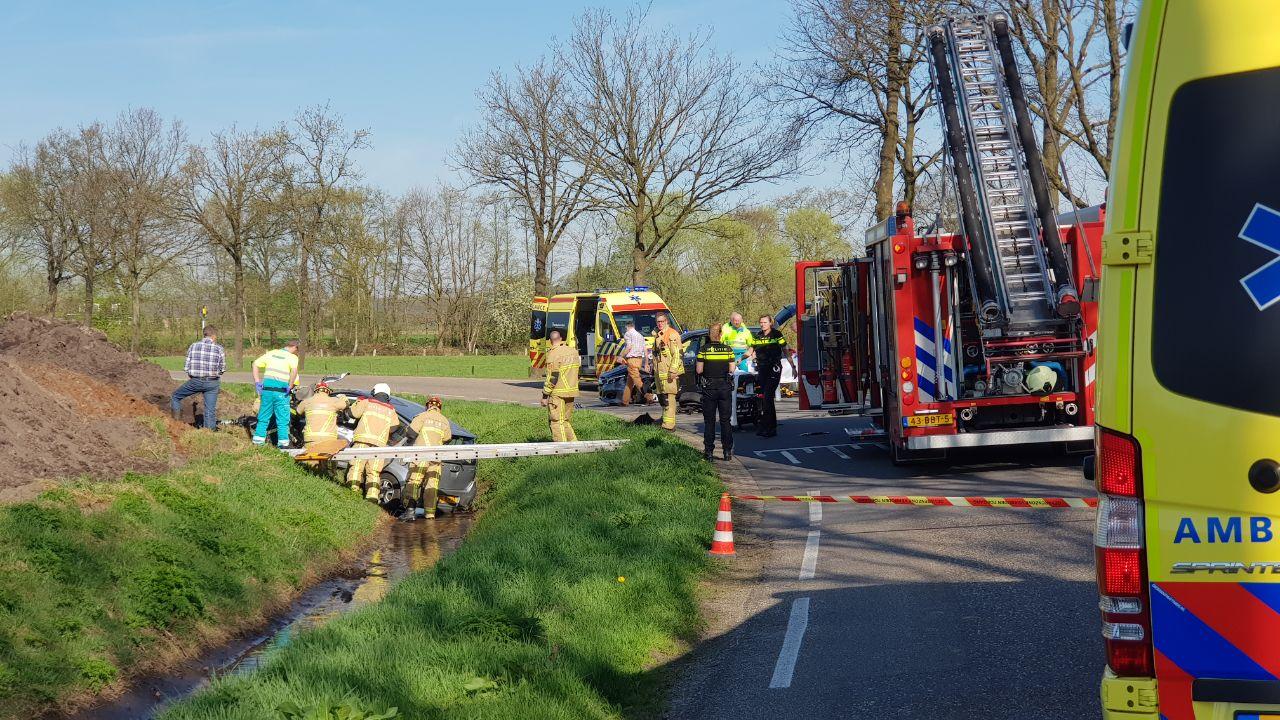 Twee personen gewond door frontale botsing in Enschede.