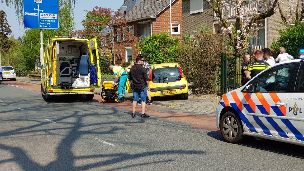 Auto belandt na botsing in tuin van woning in Enschede.