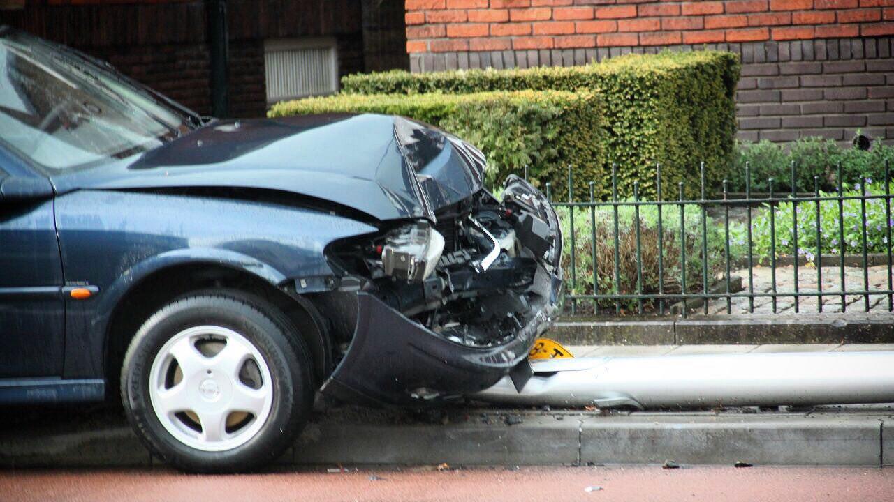 Automobilist raakt gewond na aanrijding lantaarnpaal Oldenzaal.