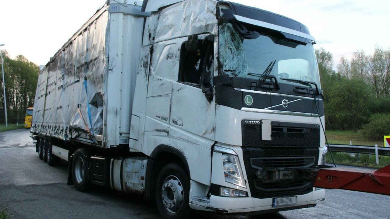 Files door gekantelde vrachtwagen met wasmachines op A35 bij Azelo.