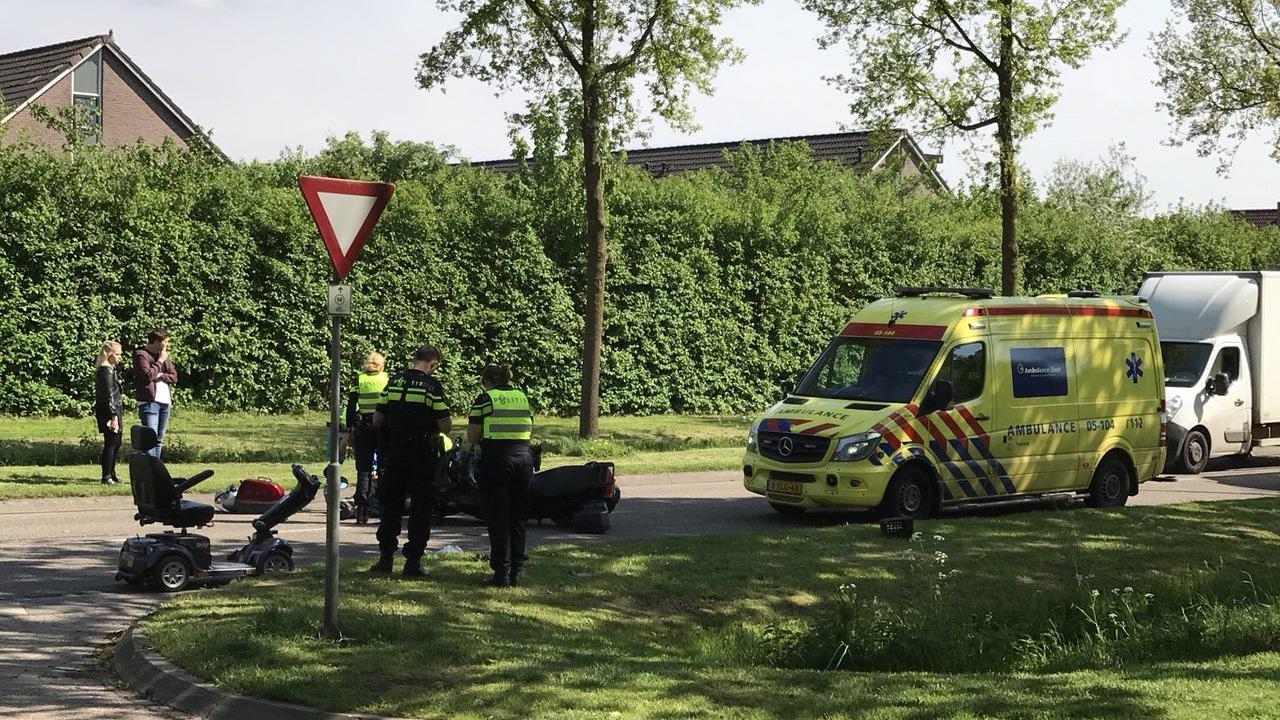 Motorrijder en scootmobieler naar ziekenhuis na aanrijding in Losser.
