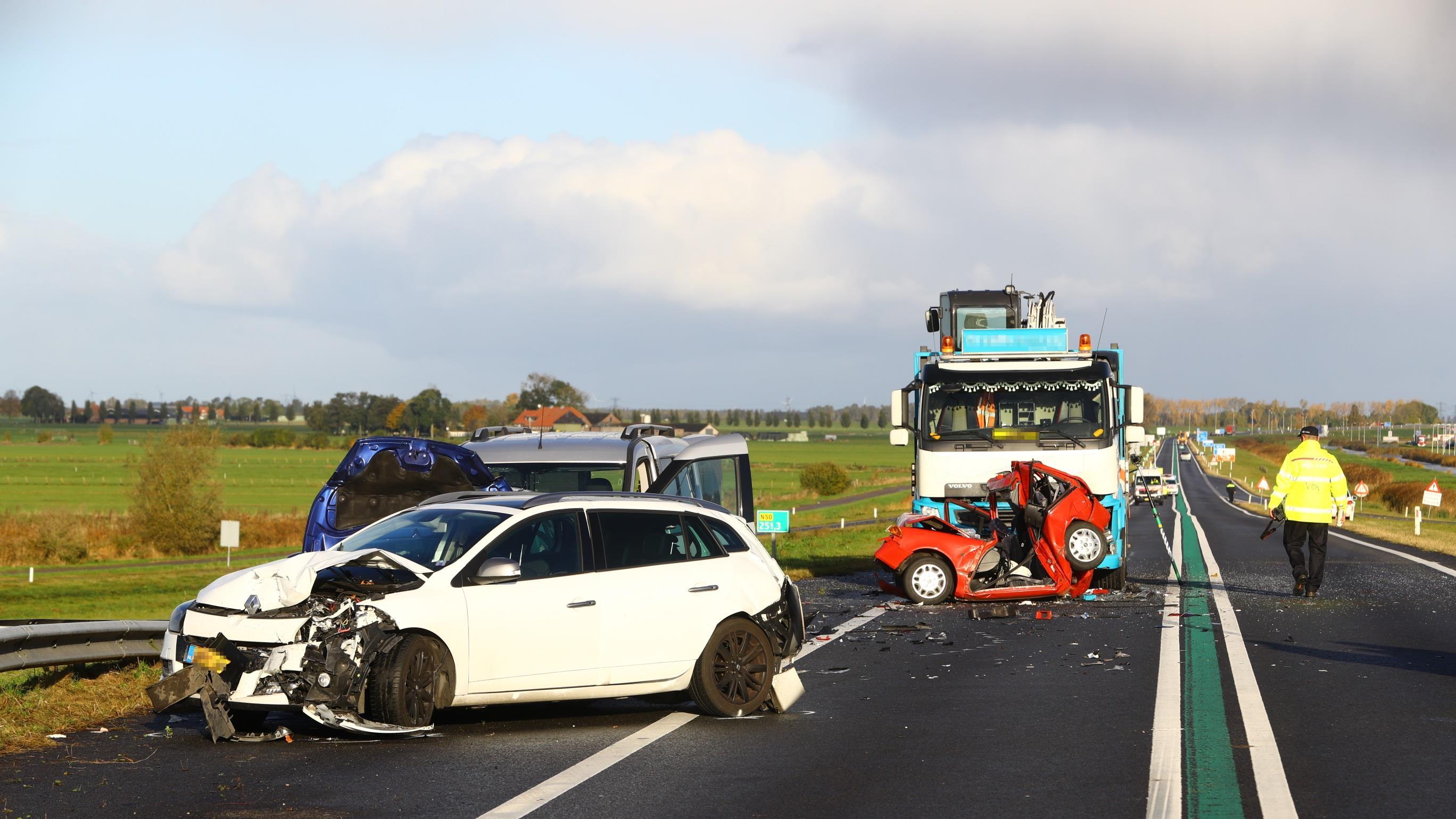Ernstig ongeval N50 waarschijnlijk veroorzaakt door whatsappende vrachtwagenchauffeur.
