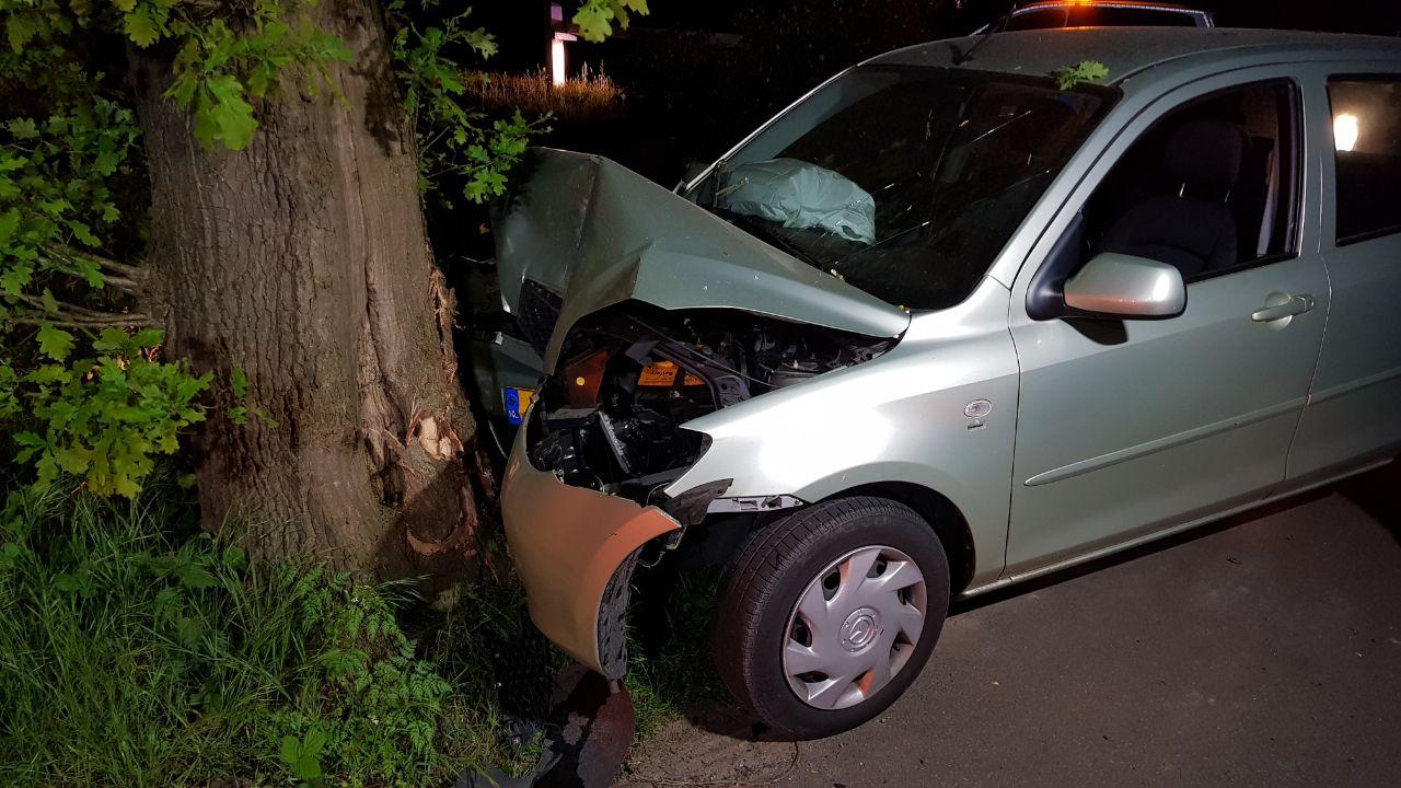 Automobiliste naar het ziekenhuis na botsing tegen boom in Enschede.