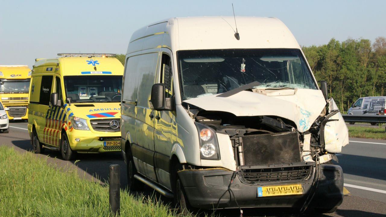 File op A1 bij Holten door aanrijding tussen twee bedrijfsbussen.