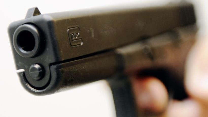 Agenten rukken uit voor aanrijding, maar slaan bestuurder in boeien vanwege vuurwapen.